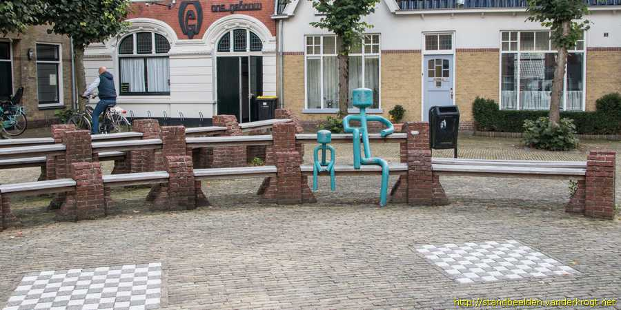 Bolsward - Man en kind op bank